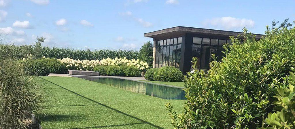 Kunstgras tuin met beplanting-en-zwembad