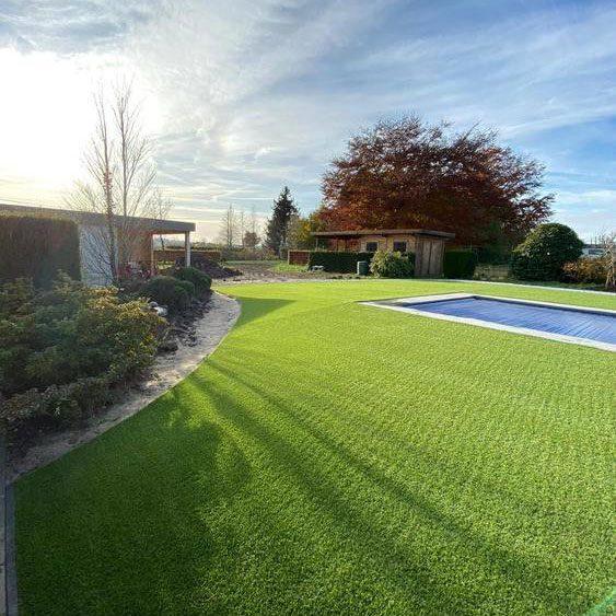 Kunstgras en echt gras rondom zwembad