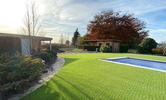 Kunstgras-tuin met zwembad