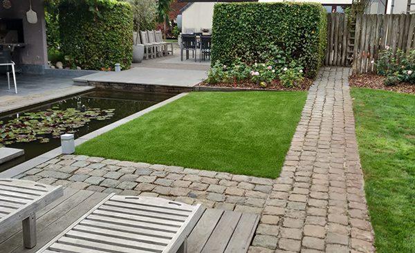 Kunstgras tuin met vijver